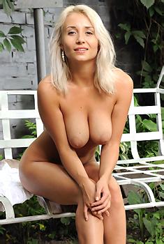 Ella Gets Nude Outside