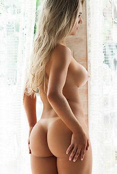Amanda Sagaz Gets Nude