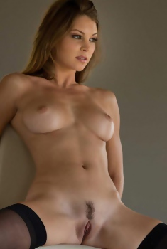 Busty Amber Sym Naked Picture Set