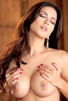 Sunny Leone Ecstatitc Orgasm