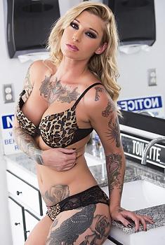 Kleio Valentienwashes Her Pussy